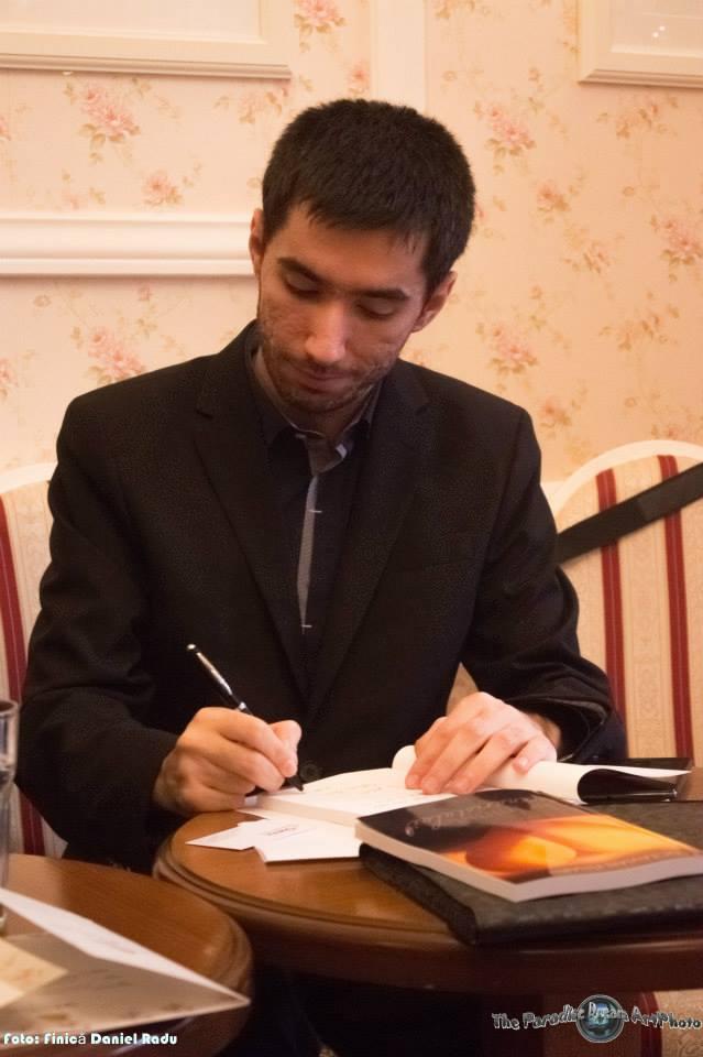 Sesiune de autografe la lansarea cartii 'In inima scenaristului'